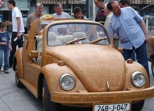 Необычный деревянный автомобиль.