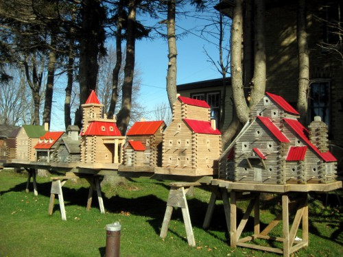 Скворечники в виде миниатюрных домов. Часть 2. (35 фото)