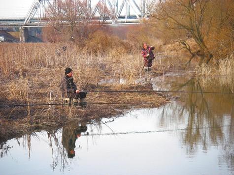 Рыбалка в мутной воде.