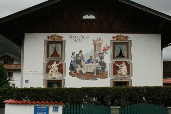 Немецкий город Гармиш-Партенкирхен: картинная галерея под открытым небом. (67 фото)